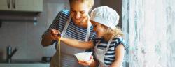 Mutter-kocht-mit-Kind
