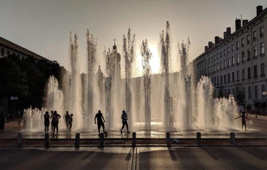 Abkühlung am Brunnen (Bild: Ptarmigan - shutterstock.com)