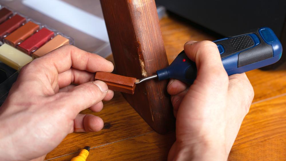 Reparatur der Holzoberfläche